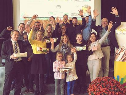 Unser Team mit fünf hergestellten Handprothesen für bedürftige Menschen
