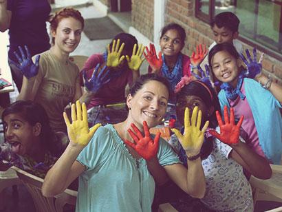 Natalie Seider bei der Unterstützung eines Kindercamps in Indien
